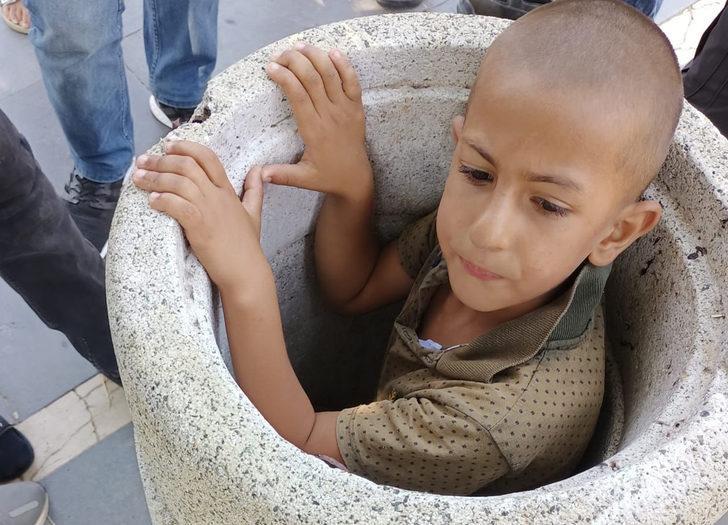Beton çöp kovasına sıkışan çocuk, 1 saatte kurtarıldı