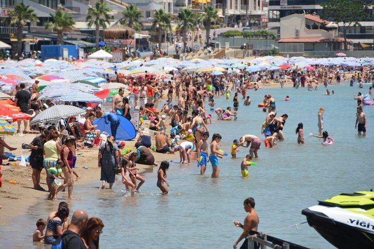 Ege sahilleri doldu taştı! Plajda endişelendiren yoğunluk