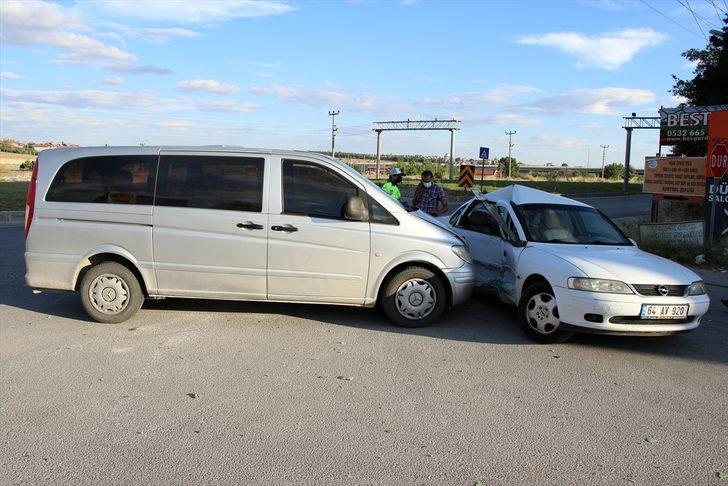 Uşak'ta otomobille minibüs çarpıştı: 8 yaralı
