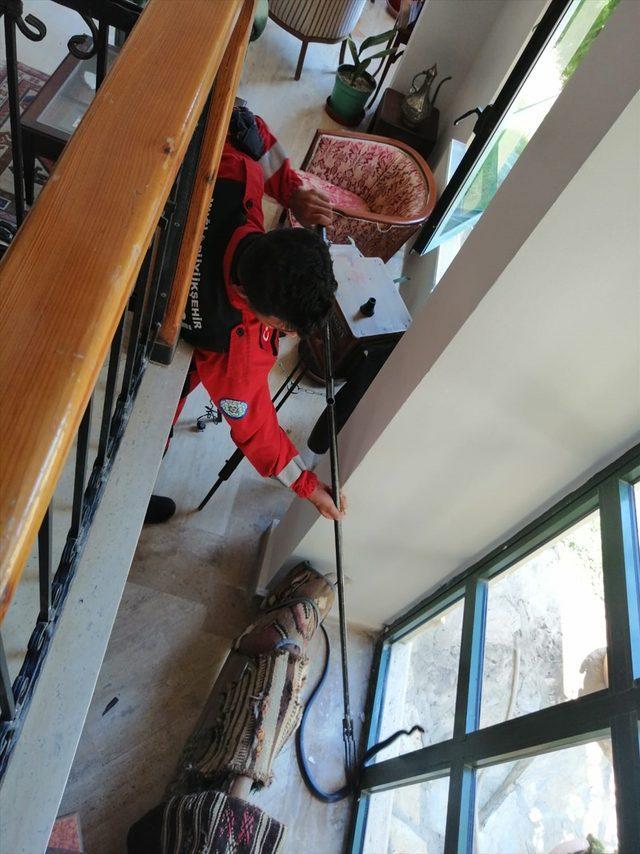 Fethiye'de otele, Bodrum'da eve giren yılanlar itfaiye ekiplerince yakalanarak doğaya salındı