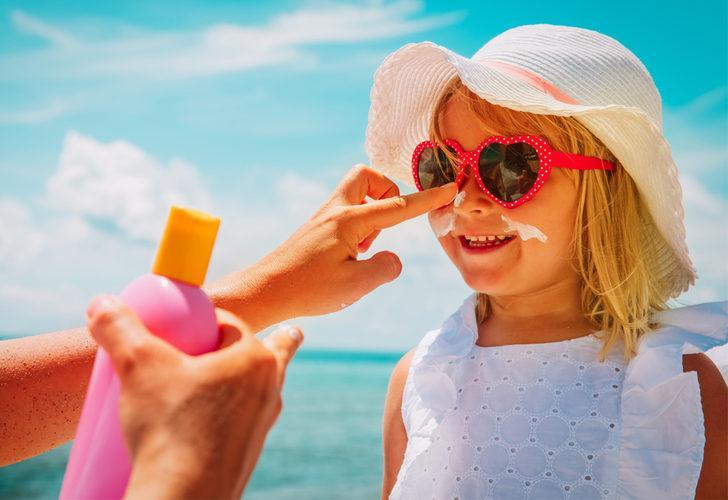 Yaz tatilinde çocukları bekleyen tehlikeler nasıl önlenir? Güneş çarpmasından korumak için...