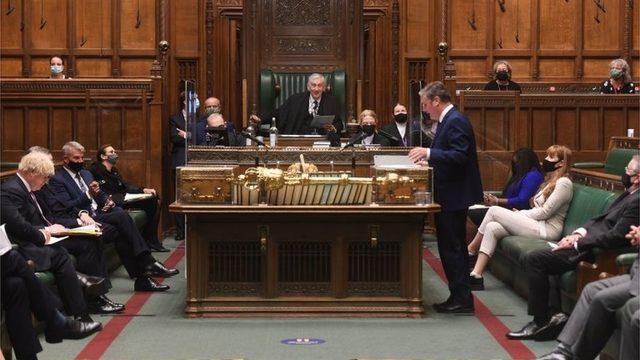 Başbakan Johnson ve muhalefet lideri Starmer, Avam Kamarası'nda karşı karşıya geldi.