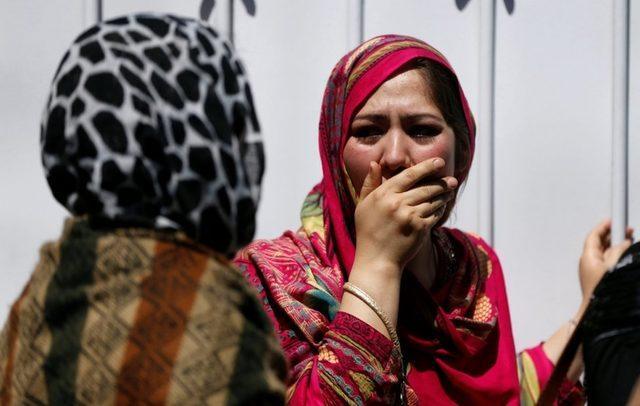 Kabil'de bir bomba yüklü araç saldırısından sonra hastane dışında yas tutan kadınlar