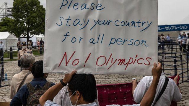 Olimpiyatlar'ın Tokyo'da düzenlenmesine karşı protestolardan çekilen bir kare.