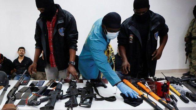 Haiti polisi bir basın toplantısıyla silahlar ve diğer kanıtlarla gözaltına alınan zanlıları medyaya gösterdi