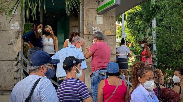 Bankaların önünde kuyruk olan Kübalılar.