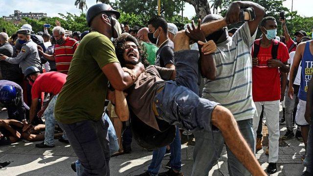 Güvenlik güçleri, eylemlere katılanları gözaltına aldı.