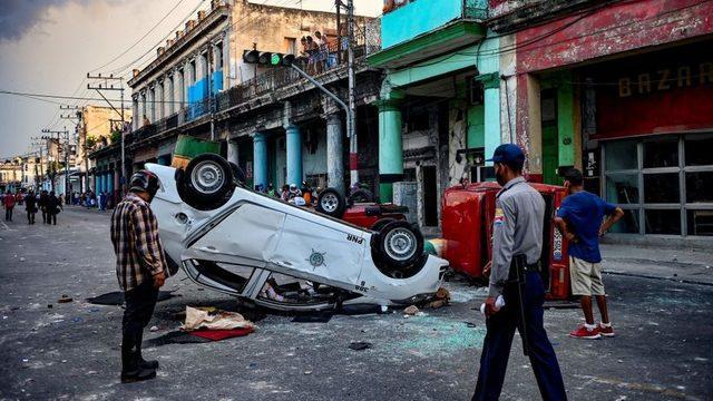 Bazı eylemciler, polis araçlarını ve devlete ait dükkanları hedef aldı.