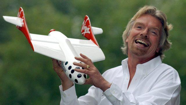 Sir Richard 2004'te uzay aracının modeliyle böyle poz vermişti