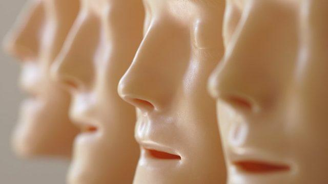 insan yüzü olan lastik maskeler