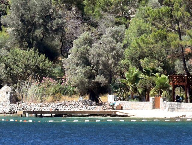 sahan-gokbakarin-villasinin-oldugu-koydaki-iskele-icin-belediyeye-kaldirilsin-yazisi_9845_dhaphoto3