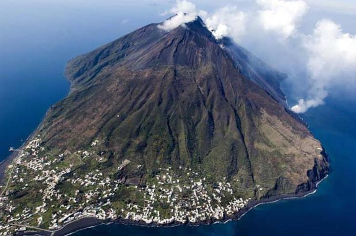 İtalya'da cinsel gücü ve libidoyu arttırdığı düşünülen volkanik adalara turistler akın etti