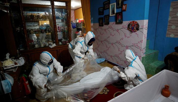 Koronavirüs Endonezya'yı alt üst etti, Hindistan'ı geçtiler! Ülkedeki sanatçılar tabut yapıyor