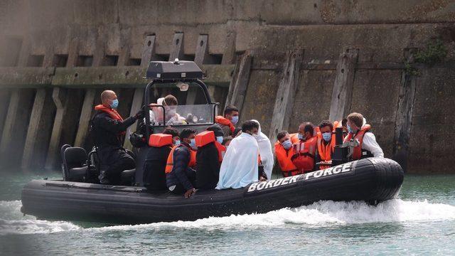 Sınır koruma birlikleri Dover limanına göçmenleri taşıyor.