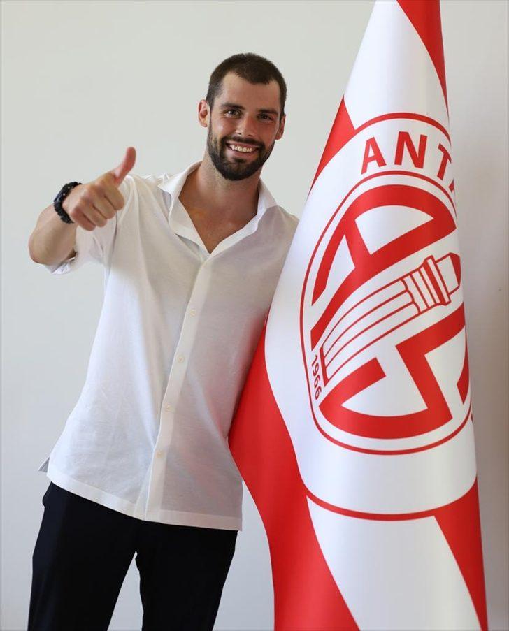 Antalyaspor, İtalyan futbolcu Andrea Poli ile sözleşme imzaladı