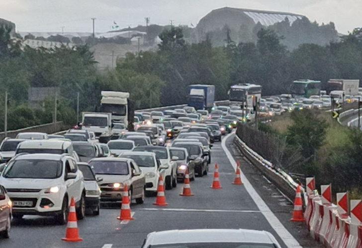 TEM'de TIR devrildi! İstanbul istikameti trafiğe kapandı
