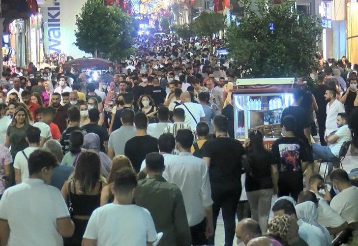 Kurban Bayramı'nın son gününde vatandaşlar İstiklal Caddesi'ne akın etti