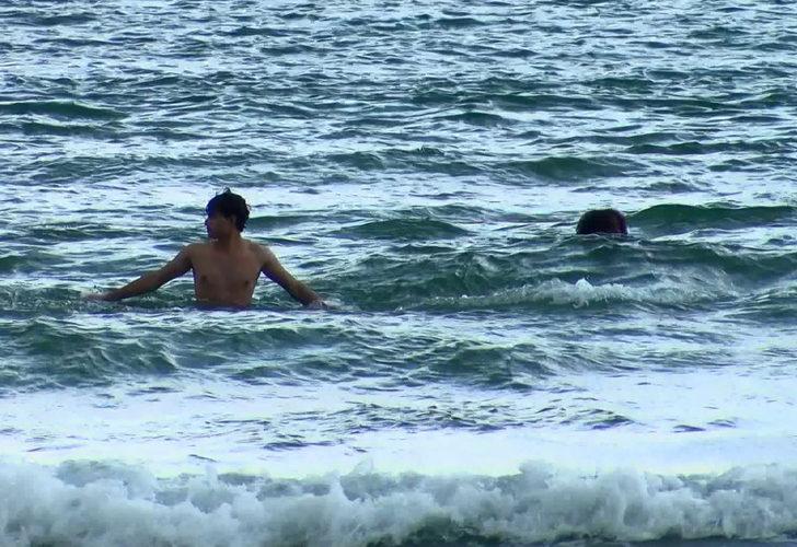 Şile'de yasağa rağmen denize girdiler