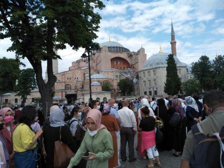 İbadete açılmasının birinci yıldönümünde Ayasofya Camii'ne ziyaretçi akını