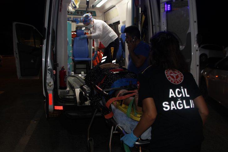 Antalya'da otomobil ile tur minibüsü çarpıştı: 3 yaralı