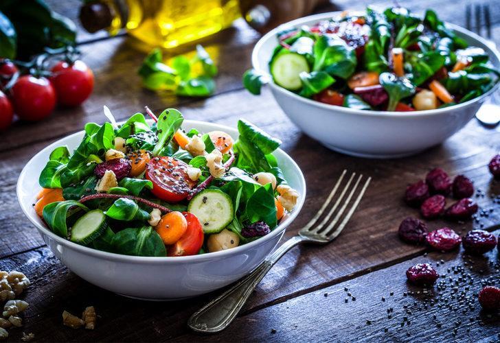 Yaz aylarına keyif katacak ve lezzetiyle büyüleyecek harika 5 salata tarifi