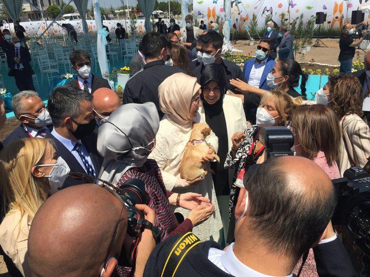 Emine Erdoğan ses telleri kesilen köpeği sanatçı Yonca Evcimik'e emanet etti