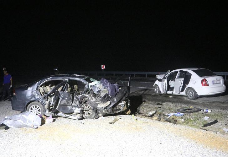 Korkunç kaza! İki otomobil kafa kafaya çarpıştı: 3 ölü, 4 yaralı