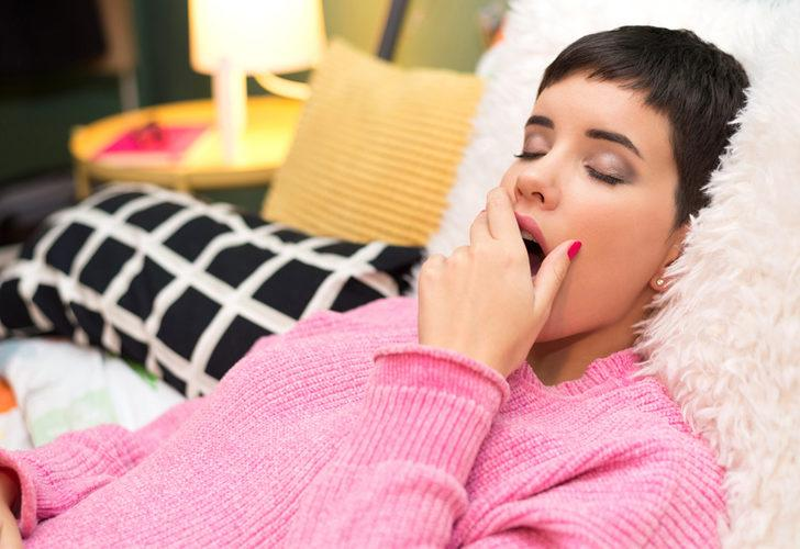 Kötü etkileri saymakla bitmiyor! Eğer makyajı çıkarmadan uyuyorsanız derhal...