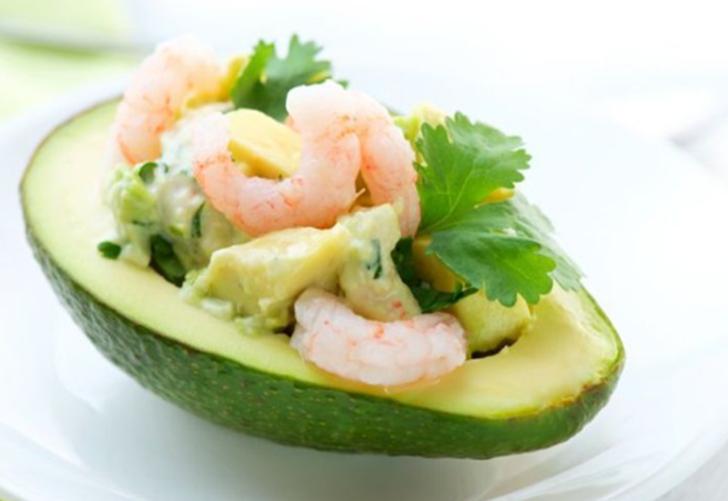 Sadece 3 malzeme! Hem pratik hem de çok lezzetli bir atıştırmalık arayanlara özel tarif: Karidesli Avokado