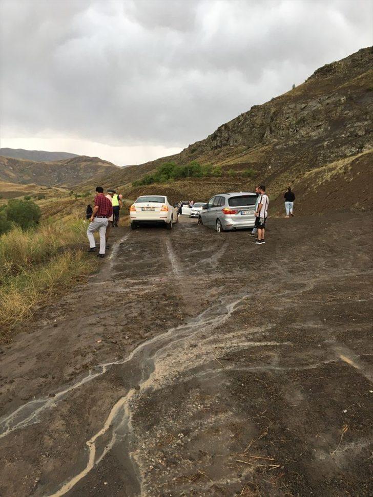 Erzurum-Bayburt kara yolu heyelan nedeniyle ulaşıma kapandı