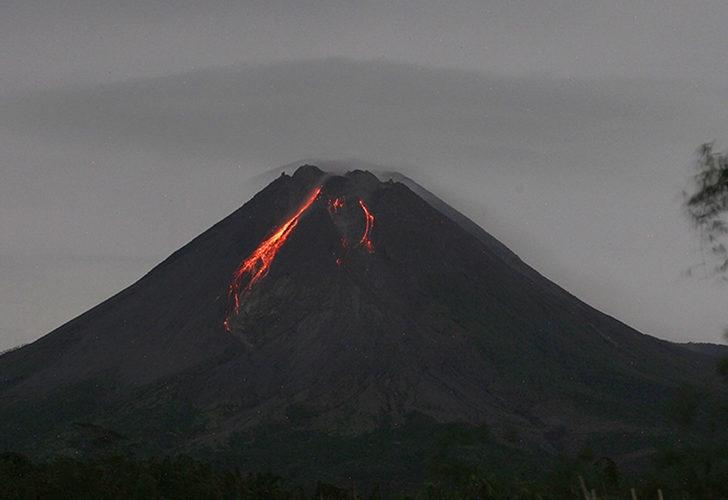 Merapi Yanardağı yine hareketlendi! Bu sabah dev lavları püskürttü...