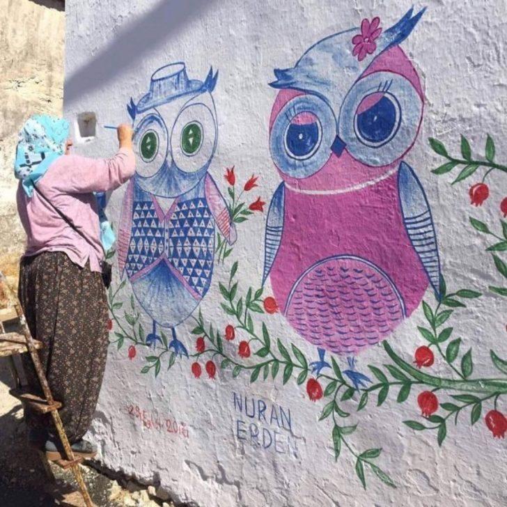 54 yaşındaki Nuran Erden Germiyan Köyü'nün duvarlarını renklendiriyor