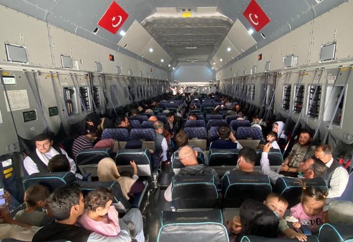 Afganistan'dan tahliyeler sürüyor! Uçaktaki fotoğraf karesi gündem yarattı