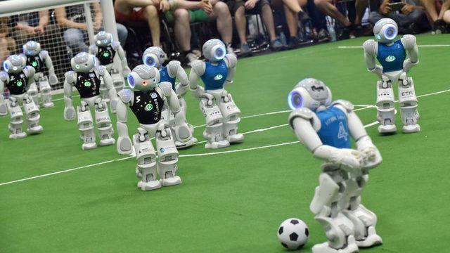 Futbol maçı icra eden robotlar