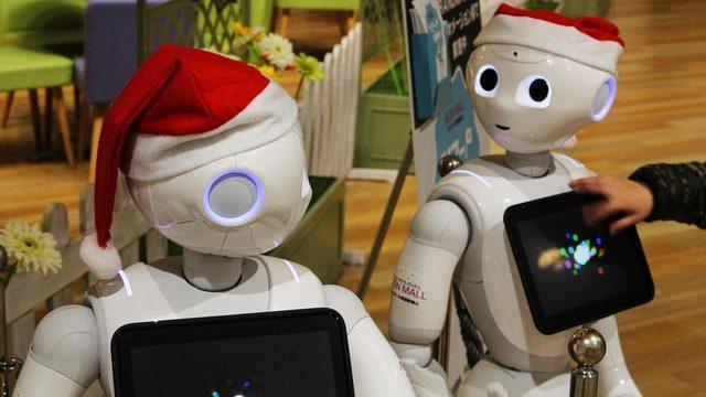 Hizmet ve perakende sektöründe kullanılan yarı insansı robot Pepper insanların