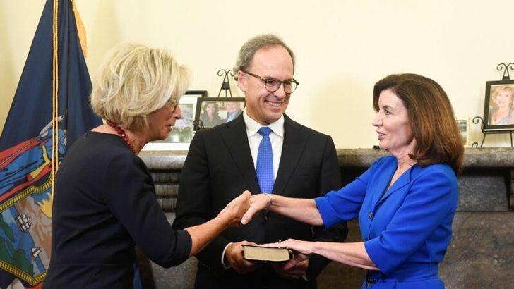 New York'un İlk Kadın Valisi Kathy Hochul Göreve Başladı