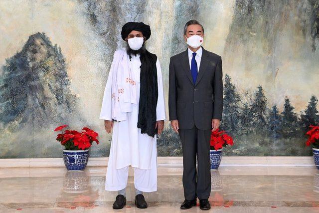 Çin Dışişleri Bakanı Wang Yi ve Taliban yöneticilerinden Abdulgani Baradar
