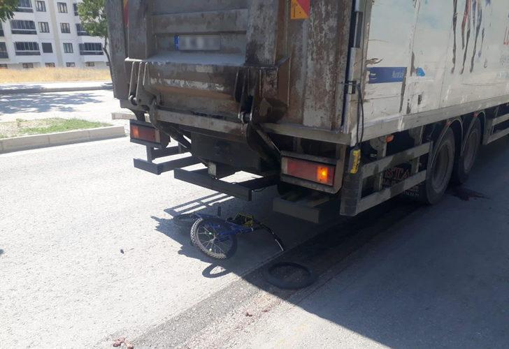 Kahreden kaza! 13 yaşındaki çocuk bisikletiyle kamyonun altında kaldı