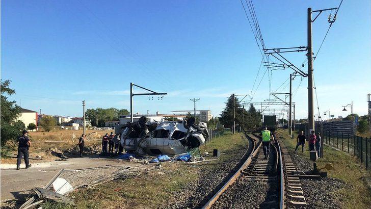Tekirdağ'da yük treni işçileri taşıyan servis minübüsüne çarptı: En az 6 ölü, 6 yaralı
