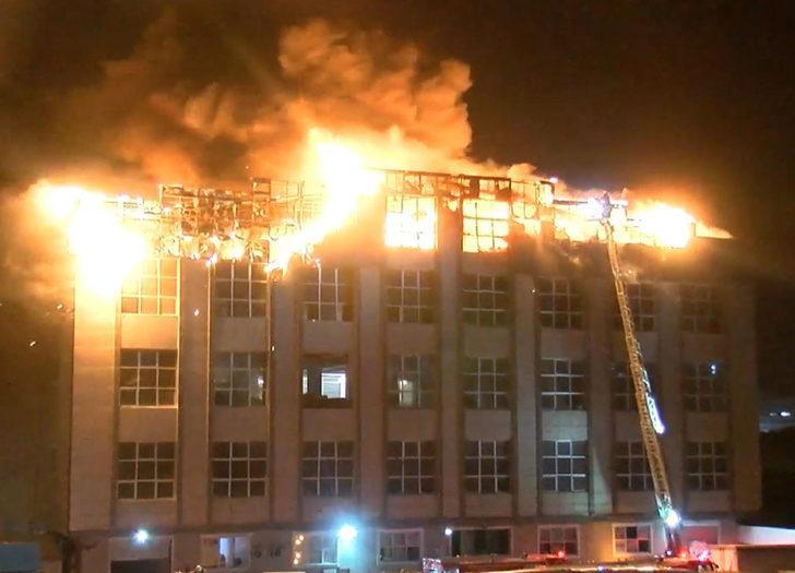 Arnavutköy'de 4 katlı tekstil fabrikasının çatısı alev alev yandı