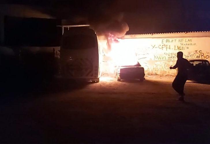 Otomobili yakıp tamponundan çekerek alevlerden kurtarmaya çalıştı