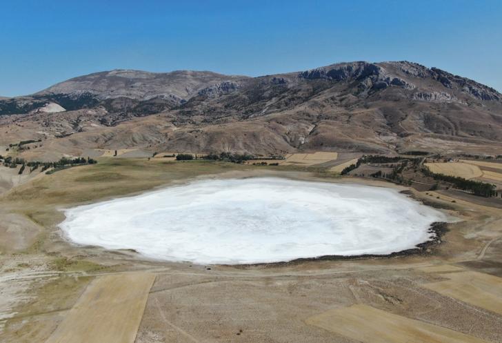 Sivas'ta bulunan Kellah Gölü kurudu! Ortaya kış manzaralarını aratmayacak bir görüntü çıktı