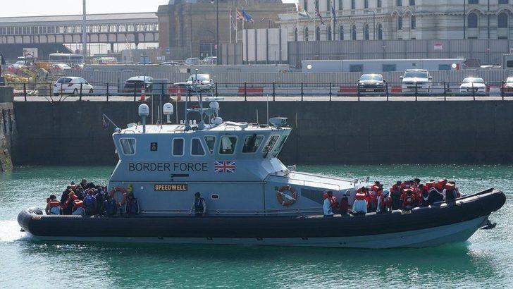 İngiltere ile Fransa arasında Manş Denizi'ndeki göçmen tekneleri tartışması tırmanıyor