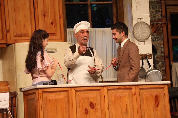 Usta oyuncu Şener Şen'den Bandırma'da meydan tiyatrosu! Binlerce kişiyle buluştu