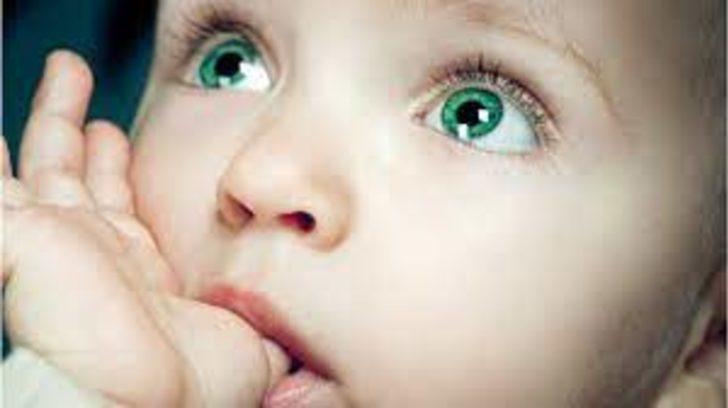 Bebeklerde parmak emmek güven işareti