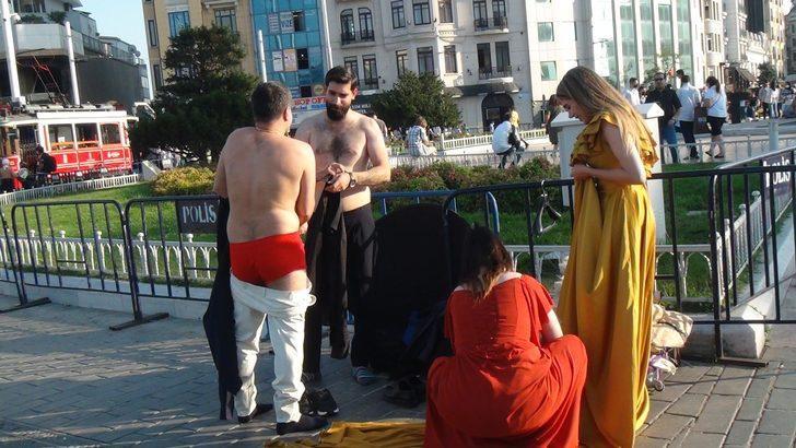 Taksim Meydanı'nda ilginç görüntü! Herkesin önünde soyundular