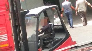 Forklift kullanan çocuk sürücü kamerada