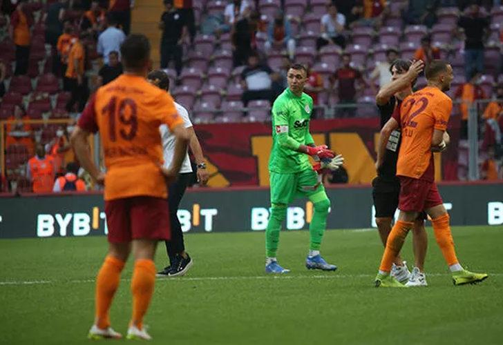 Galatasaray karıştı, Ömer Bayram formayı yere attı