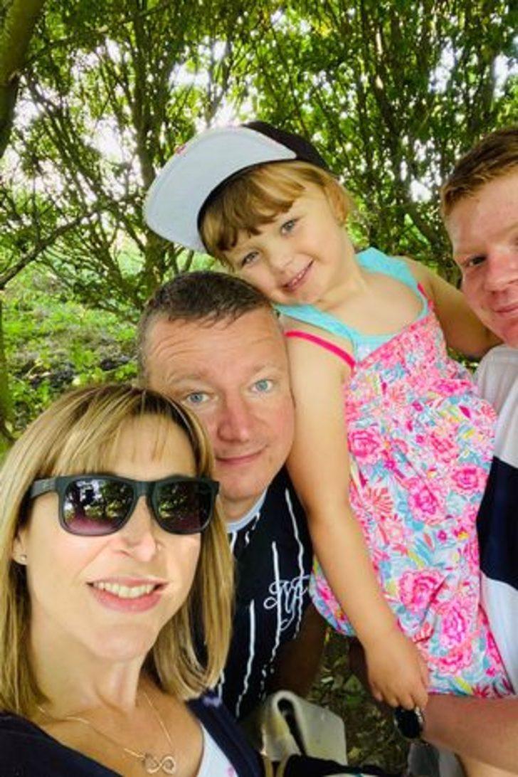 13 yaşında menopoza girdiği halde şu anda 2 çocuk annesi olan Claire Pape, sosyal medyadan ilham oluyor