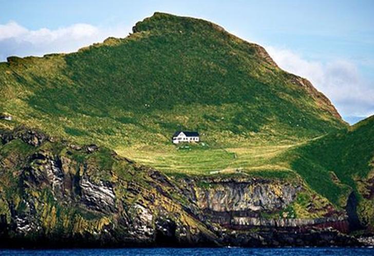 100 yıldır tamamen boş bir adada duran 'Dünyanın En Yalnız Evi'ni ziyaret etti! Sosyal medyada popüler oldu